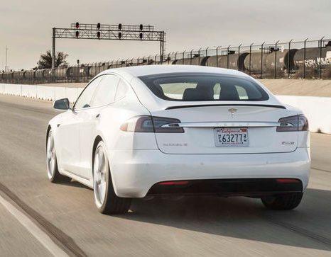 2017-Tesla-Model-S-P100D-rear-end-in-motion-e1487005710816